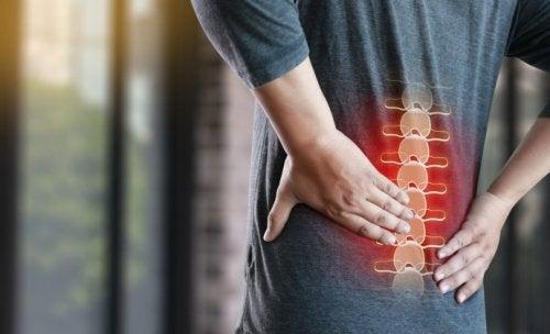 4 causas asociadas al dolor bajo de espalda y más de 10 modos de hacerle frente