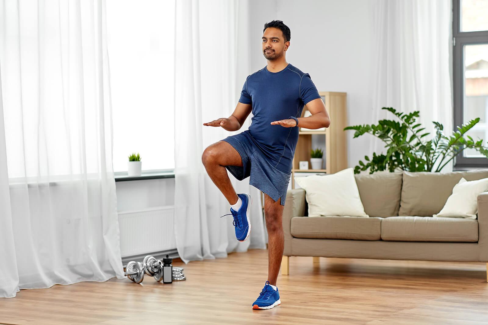 Hombre haciendo ejercicio llevando rodilla al pecho
