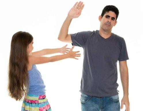 Fallos que cometen los padres cuando los hijos desobedecen