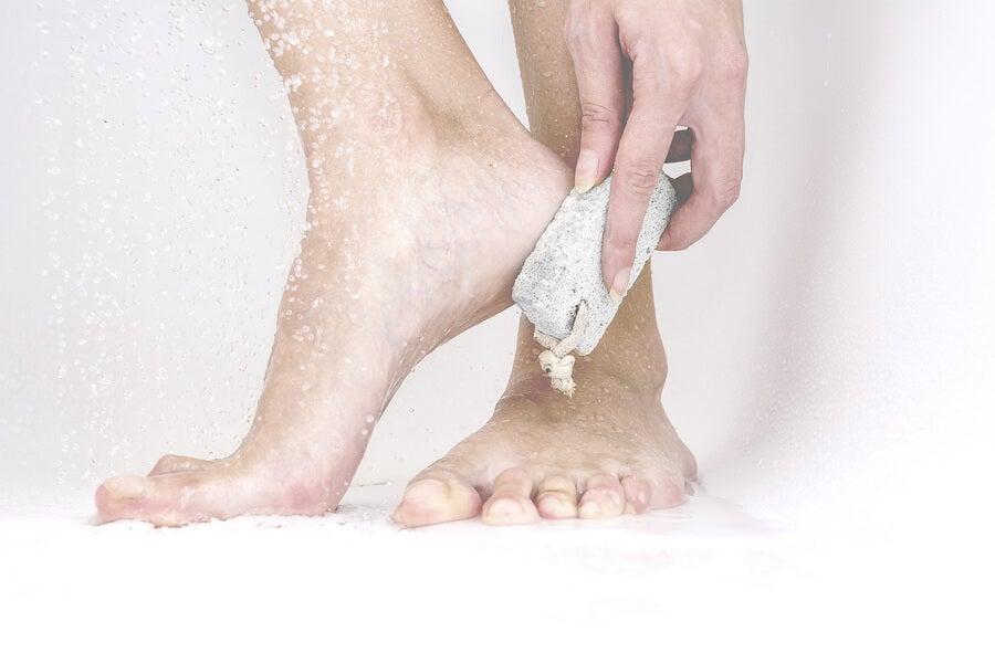 Baño de pies con piedra pómez