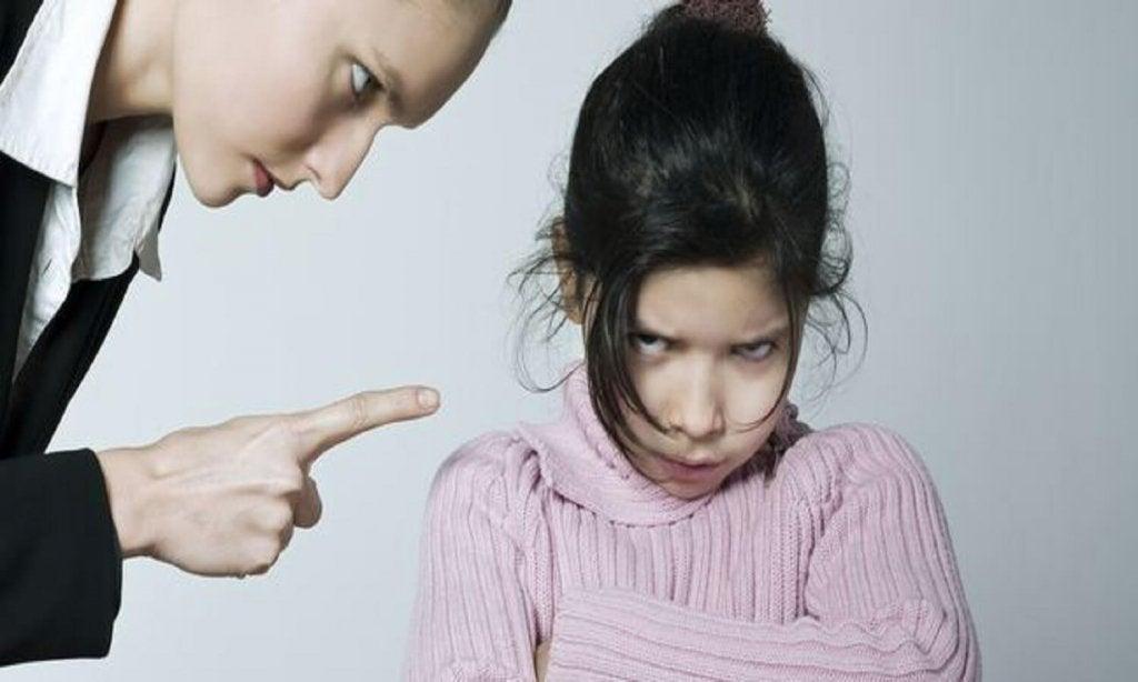 madre discutiendo, fallos que cometen los padres
