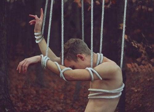 Hombre atado con cuerdas
