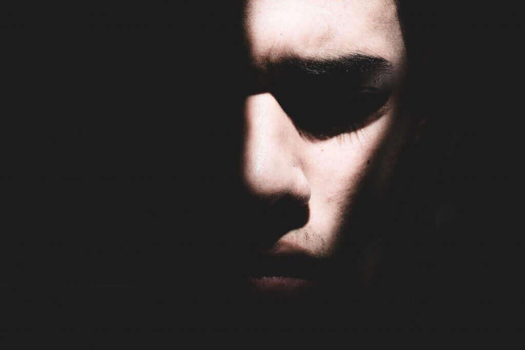 Cara de un hombre en la oscuridad