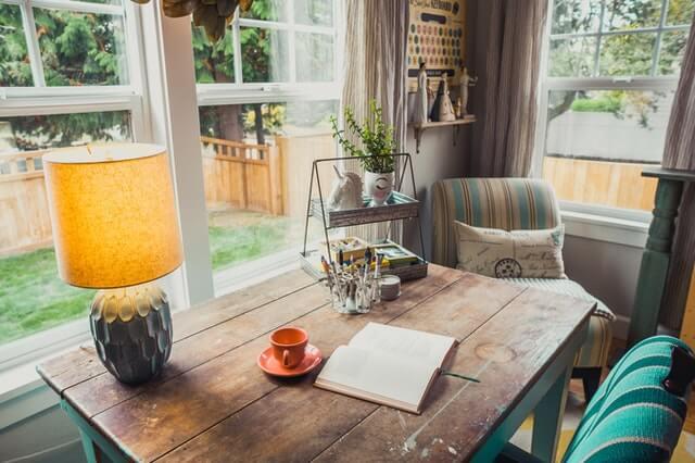 Mesa de madera con arañazos.