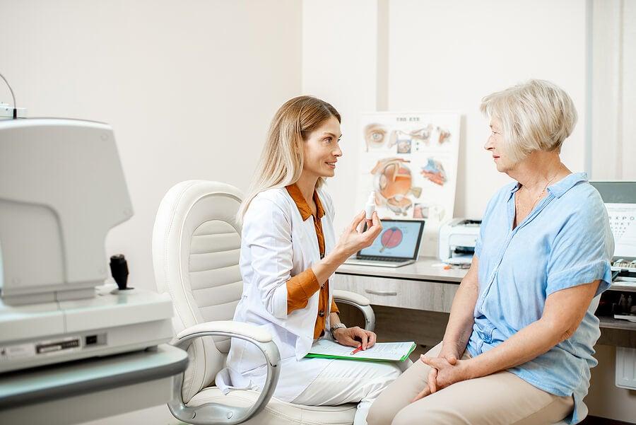 Oftalmólogo en consulta con una paciente.