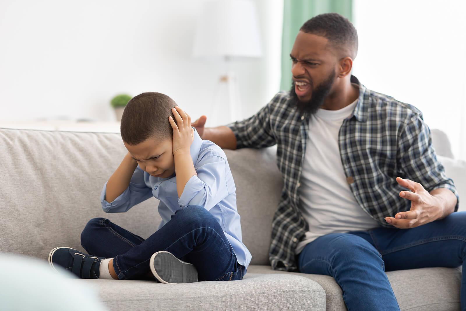 Gritarles a los niños no es algo bueno.