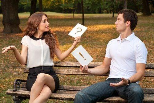 pareja hablando sin entenderse