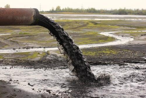 Desagüe con aguas contaminadas