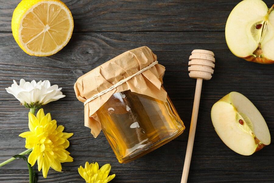 Ingredientes del preparado de manzana, miel y limón.
