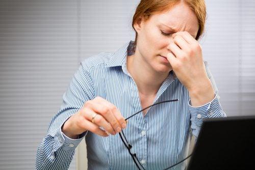 Mujer con tics nerviosos