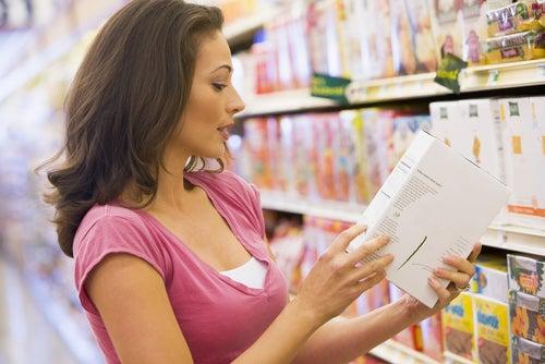 Lee las etiquetas de los productos.