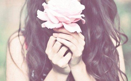 Mujer-con-una-rosa-en-sus-manos