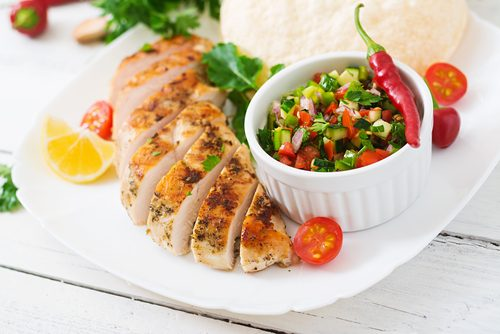Chicken breast and salsa is an example of a light and healthy dinner to lose weight