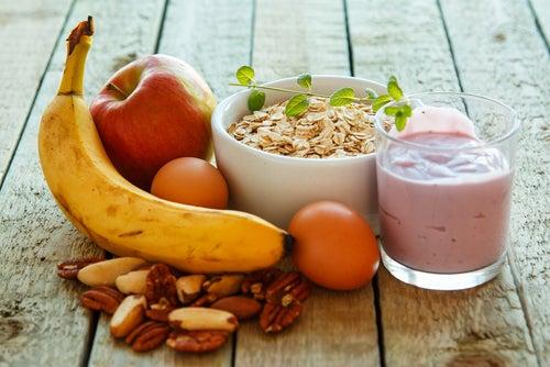 Alimentos variados: frutas, huevos, yogur y cereales.