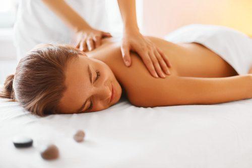 Recibir masajes para aliviar los dolores en los hombros