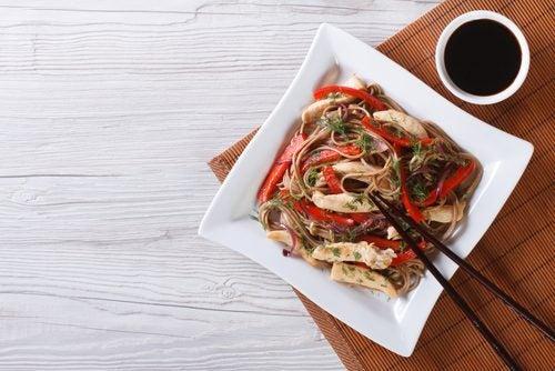 Fideos-chinos-con-salsa-de-soja