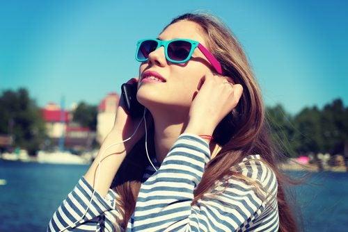 Mujer escuchando música con auriculares.