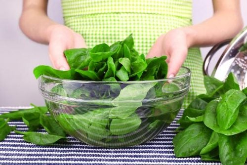 Alimentos que ayudan a controlar el colesterol: vegetales de hojas verdes