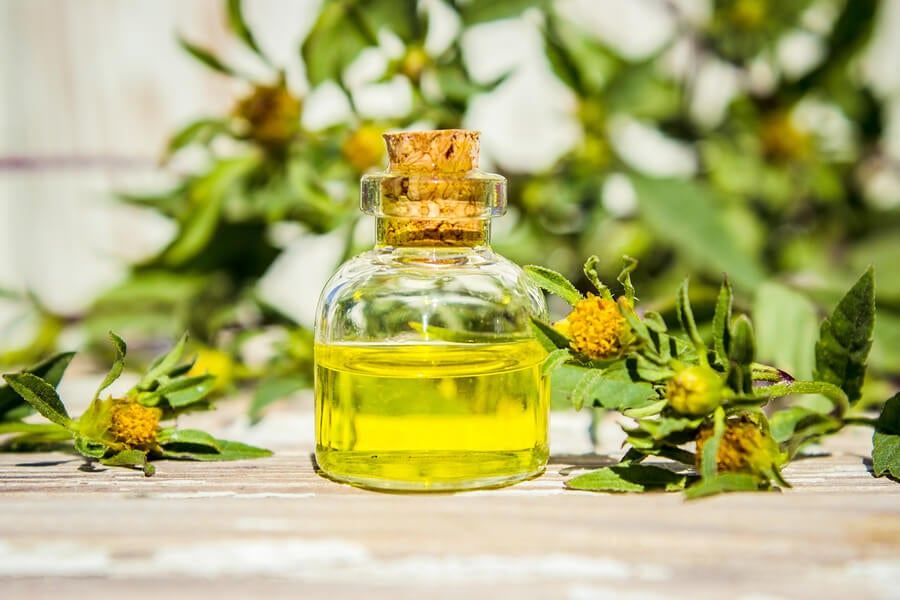 Aceite esencial en botella de vidrio.