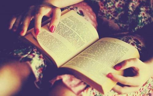 mujer leyendo para vencer la ansiedad por comer