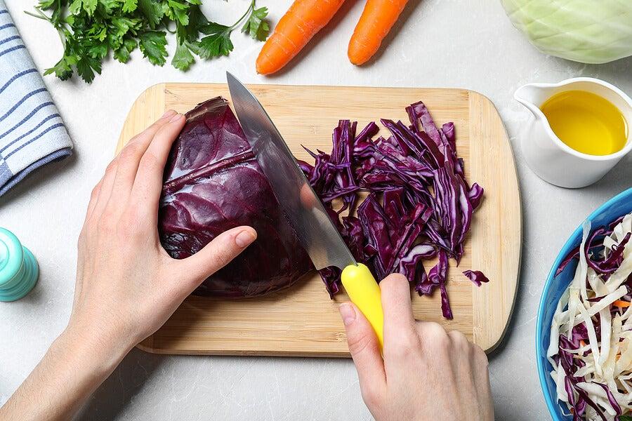 Cortar lombarda o col morada para preparar comida.