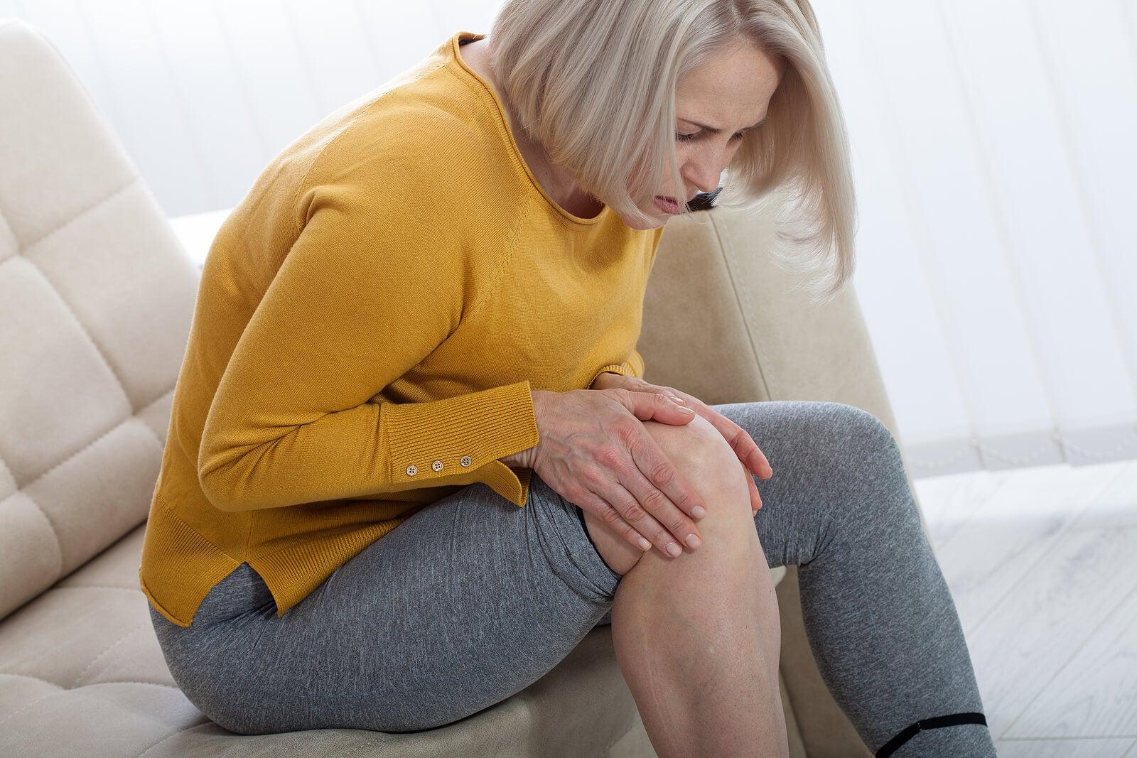 Mujer con dolor de rodilla.