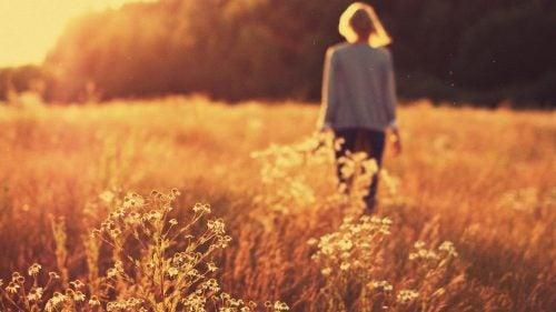 mujer-caminando-por-el-campo