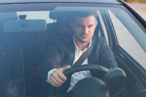 ¿Por qué las personas son agresivas a la hora de conducir?