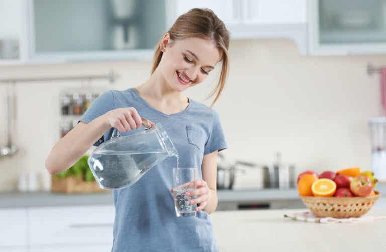 Esto es lo que ocurre cuando empiezas beber un vaso de agua MEDIA HORA antes de comer