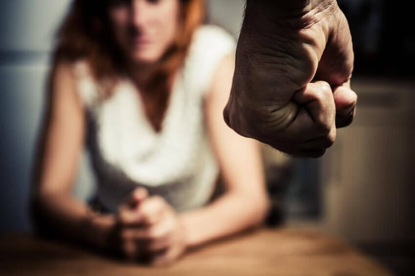 Mujer maltratado con miedo a su agresor