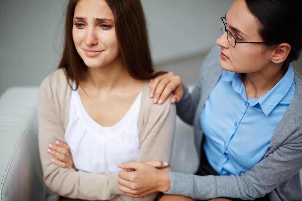 Mujer maltratada con una psicóloga