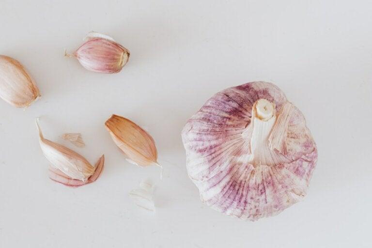 5 remedios naturales con ajo para combatir la caspa