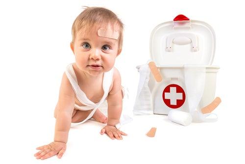 Bebé junto a un botiquín de primeros auxilios