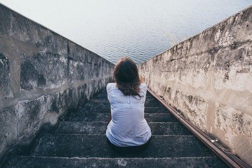 Mujer-mirando-al-mar-sentada