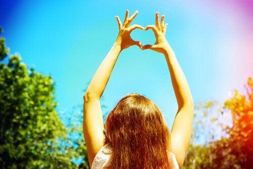Mujer-poniendo-las-manos-con-forma-de-corazón
