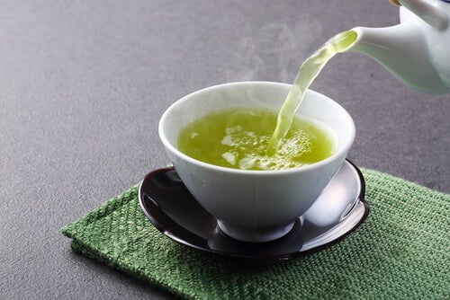 El té verde es otro de los alimentos para desintoxicar el hígado