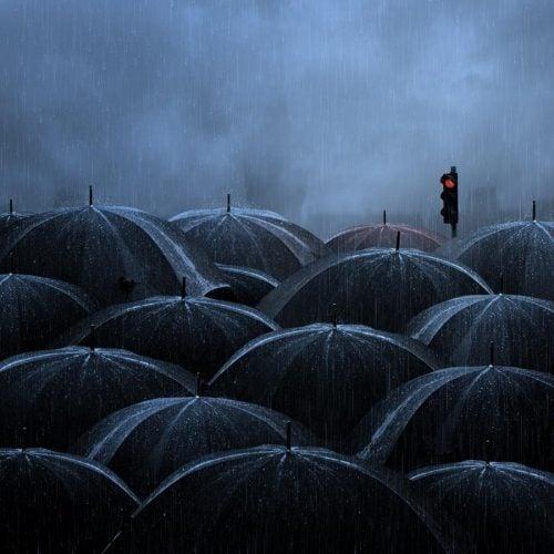 semaforo-y-paraguas-negros