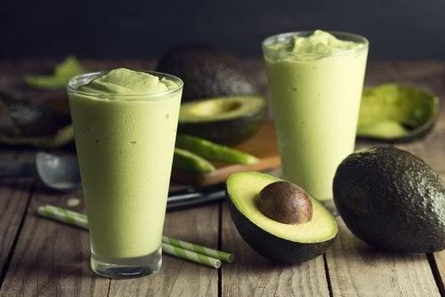 Puedes preparar un delicioso batido con té verde y aguacate para ayudarte a perder peso.
