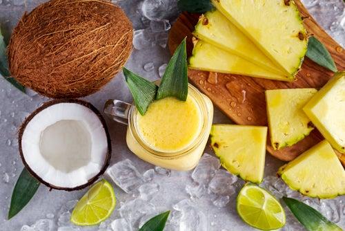 Bebida de coco, piña y jengibre para perder peso y eliminar líquidos