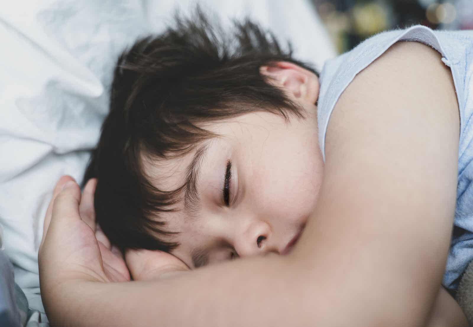 Niño que duerme bien.