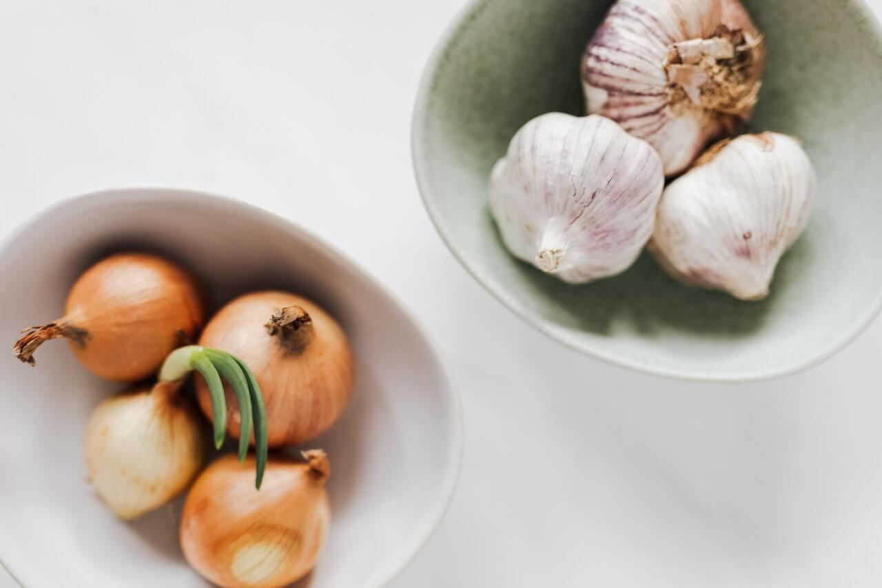 Cebollas y ajos blancos
