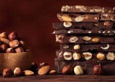 Chocolate casero energético con cacao, coco, maca y frutos secos