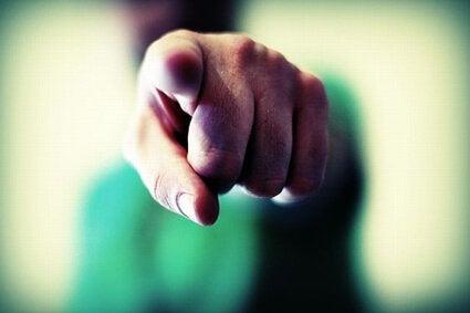 Dedo acusador echando la culpa a otro