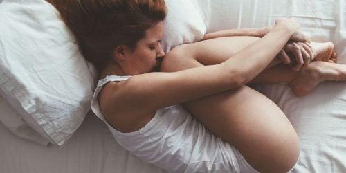 mujer-triste-en-la-cama