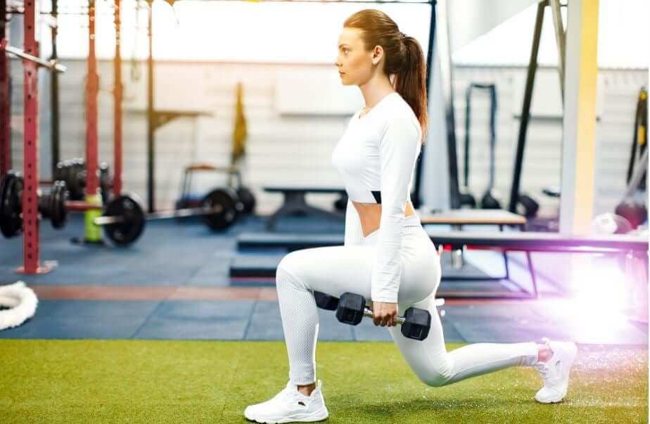Mujer haciendo ejercicios de estocada.