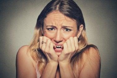 El estrés emocional puede ser una de las causas de la aparición de aftas en la cavidad bucal.