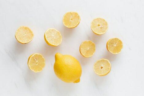 Limones por la mitad.