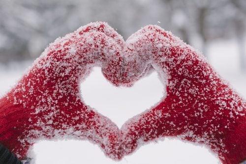 cuidar las uñas: manos con guantes para el frío