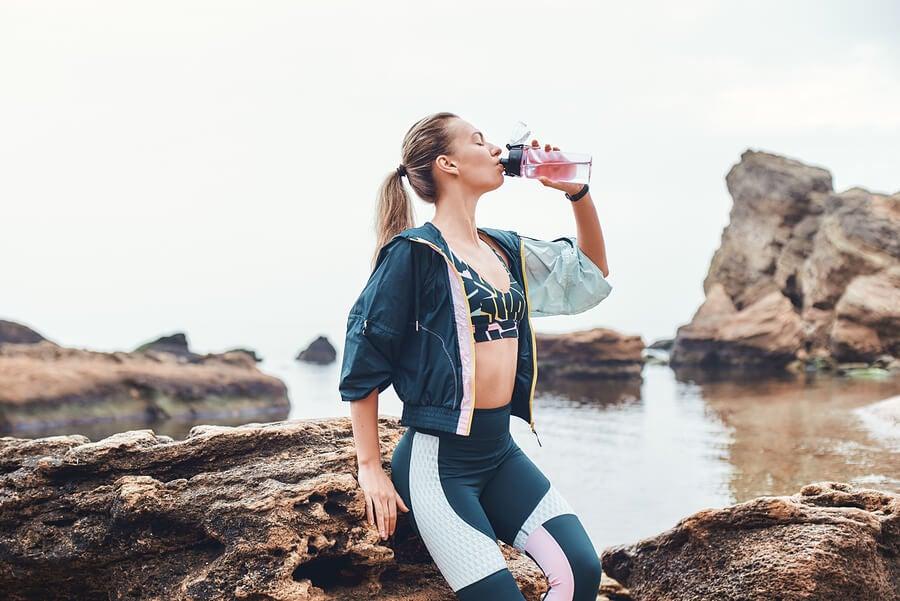Beber agua ayuda a eliminar líquidos retenidos.