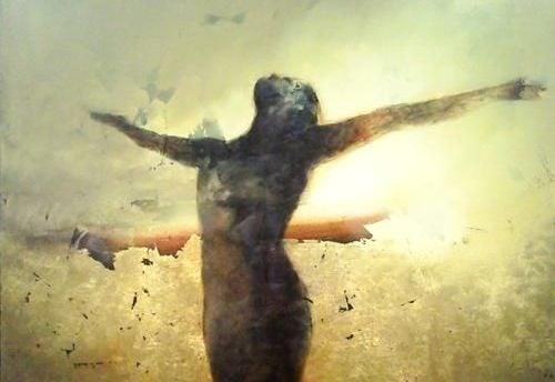 Mujer feliz con los brazos extendidos